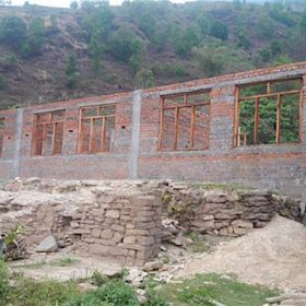 Teilweise wiederaufgebaute Dorfschule in Swaragau