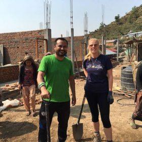 Helfer und Volunteers bei den Wiederaufbauarbeiten der Dorfschule in Swaragau