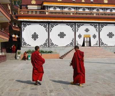 Zwei Mönche auf dem Weg ins Kloster