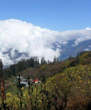 Wolken, Berge, Blick auf Häuser