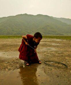Kinder-Mönch spielt draußen