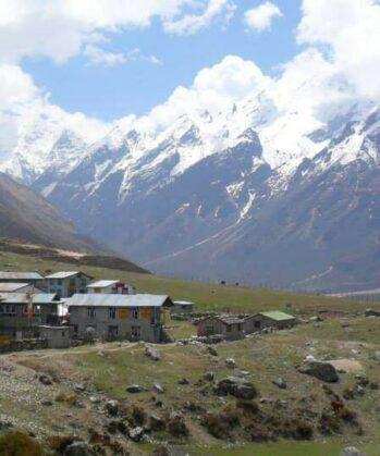 Kleines nepalesisches Dorf im Gebirge