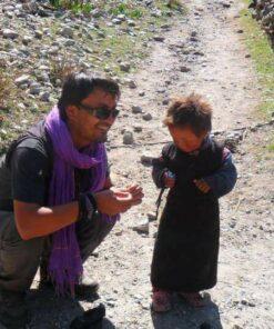 Mann mit Kind in Nepal