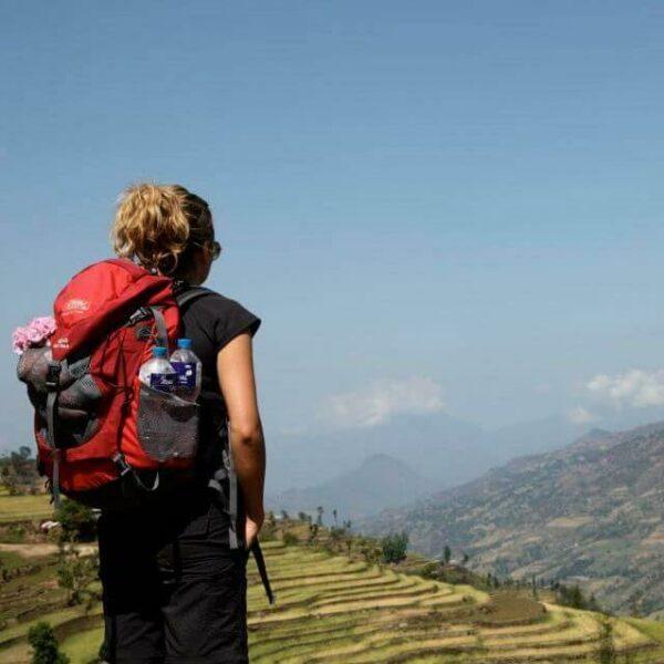 Frau mit Rucksack in Nepal