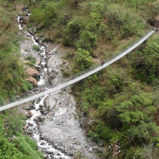 Hängebrücke über einen Fluss in Nepal