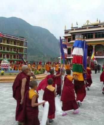 Mönche vor Kloster