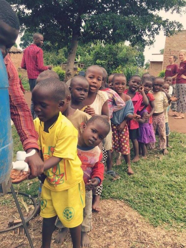 Kinder stehen in einer Schlange um sich die Hände zu waschen