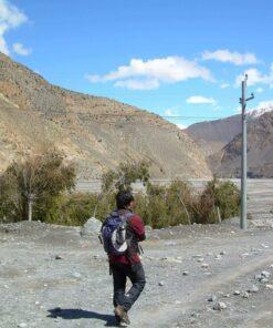Mann mit Rucksack auf dem Annapurna-Trek