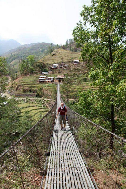 Frau auf Hängebrücke