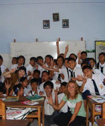 Indonesische Schulklasse mit Tina Eckert