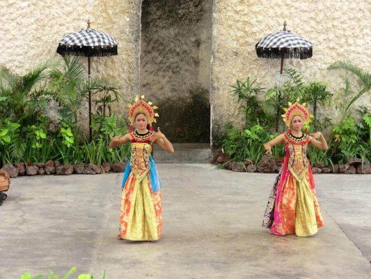 Zwei Frauen in traditioneller indonesischer Kleidung beim tanzen