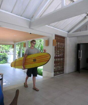 Volontär mit Surfbrett