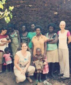 Frauen stehen mit Kindern vorm Charity-Hause