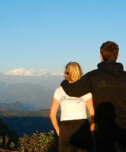 Tina Eckert in einem weißen Karmalaya T-Shirt und Matthias Eckert in einem Karmalaya-Pullover