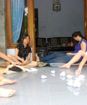 Volunteers spielen ein Spiel