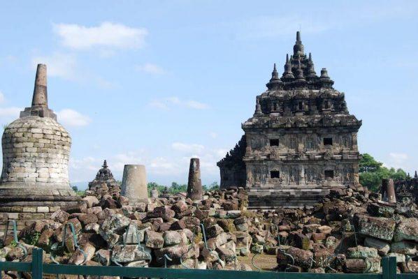 Viele Steine am Boden vor dem Tempel