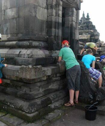 Volunteers bei den Restaurierungsarbeiten am Tempel