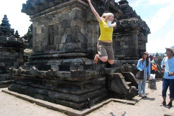 Volontärin springt von Tempelmauer