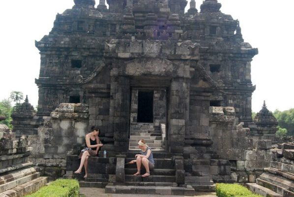 Zwei Frauen sitzen in einem Tempel