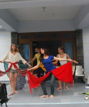 Frauen beim Üben mit Tüchern