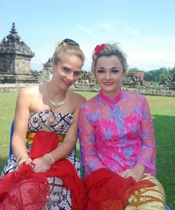 Zwei Frauen in traditioneller indonesischer Kleidung
