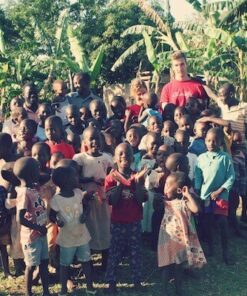 Volunteers mit Kindergruppe in Uganda