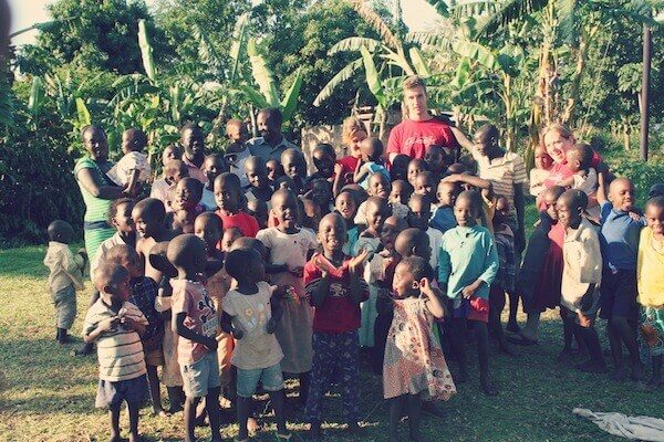 Volunteers mit Kindergruppe in Uganda