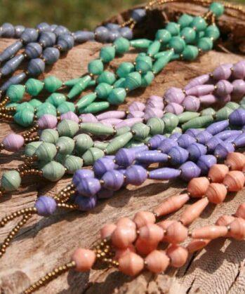 KALiARE-Ketten Modell Felistas in verschiedenen Farben auf Holz