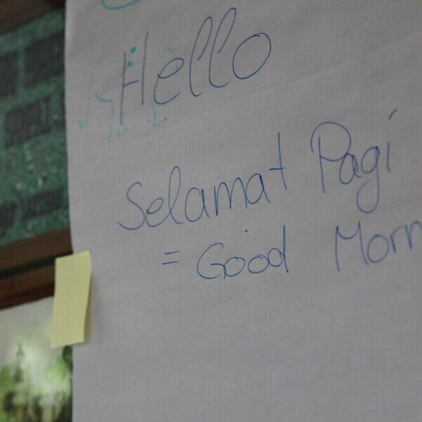 Zettel mit indonesischen und englischen Phrasen