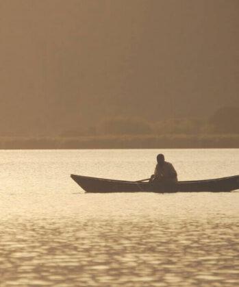 Mann in einem Boot auf einem See