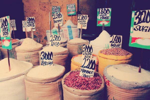 Verschiedene Reissorten und Hülsenfrüchte in Säcken mit Preisschildern