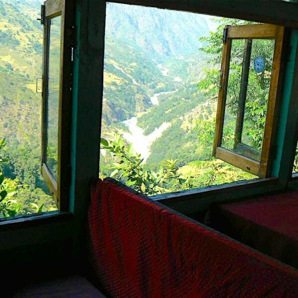 Rotbezogene Bänke neben offenen Fenstern