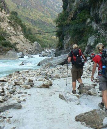 Wanderer neben einem Fluss im Annapurnagebirge