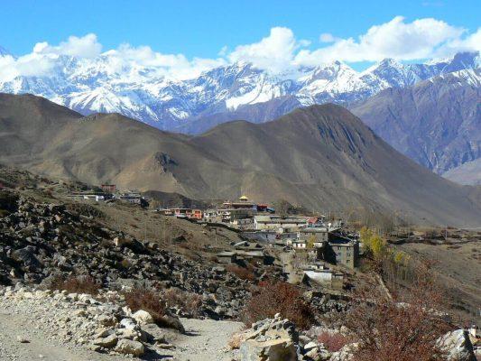 Blick auf ein Dorf in den Bergen