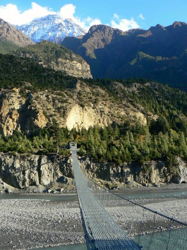 Lange Hängebrücke über einen Fluss