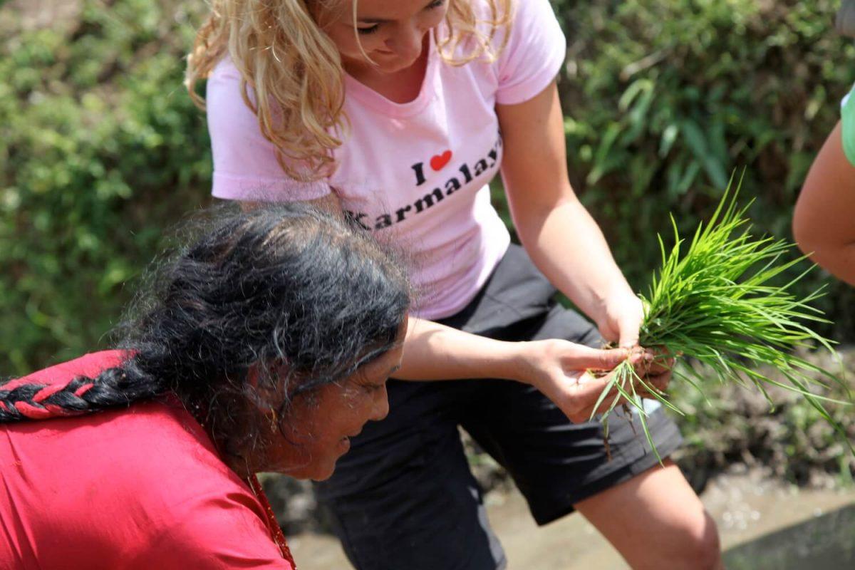Tina Eckert mit Frau beim Reissetzen