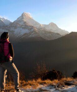 Frau mit Rücksack im Gebirge