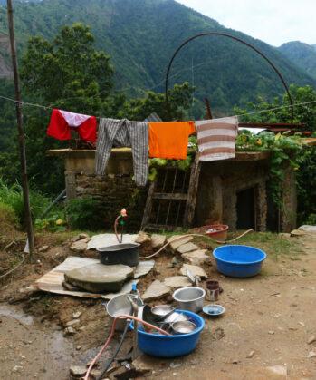 Geschirr-Abwaschplatz mit Wäscheleine darüber