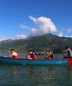 Vier Menschen in einem Boot auf dem Phewa-See in Pokhara