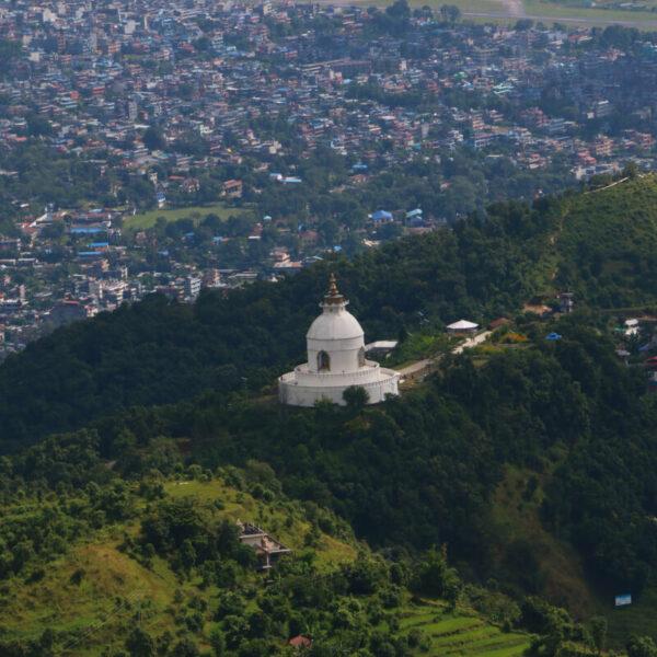 Blick auf die Friedensstupa in Pokhara