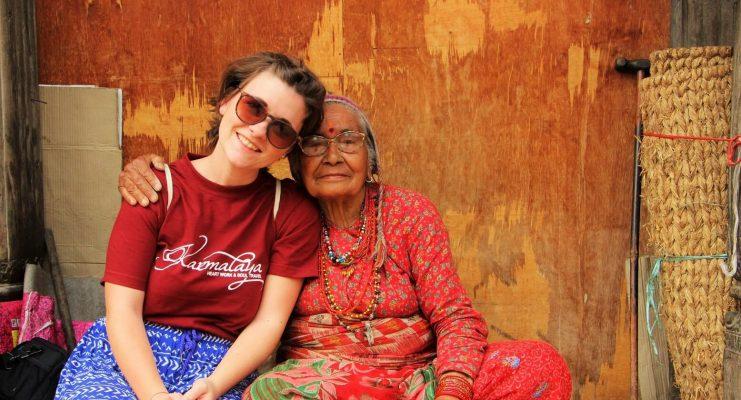 Volontärin mit alter Frau