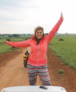 Frau auf Safari in Uganda