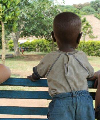 Volontäre mit Kind in Uganda