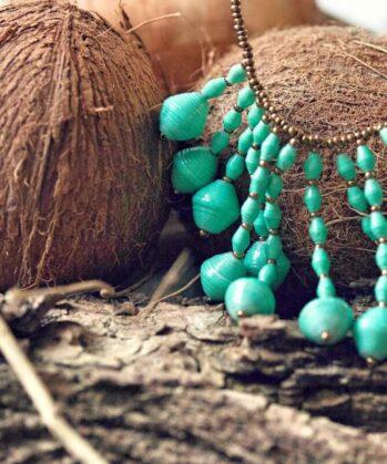 KALiARE-Kette Modell Mary in der Farbe Mint vor Kokosnuss