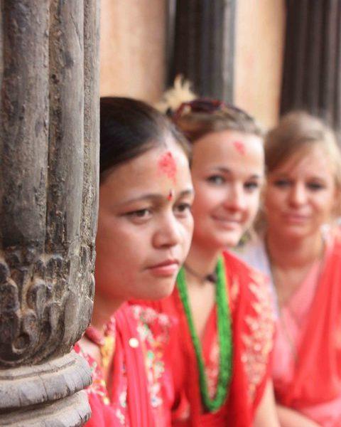 Tina Eckert mit Frauen im Kloster