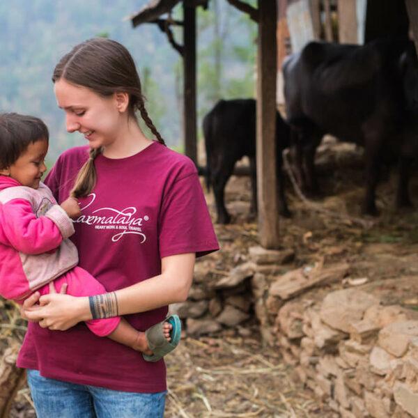 Volontärin bei ihrem Freiwilligeneinsatz mit Karmalaya in einem Dorf in Nepal