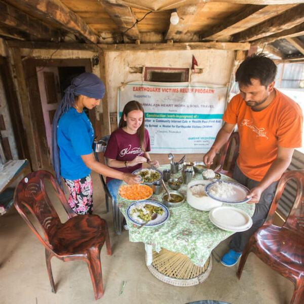 Volontärin beim Essen mit Gastfamilie