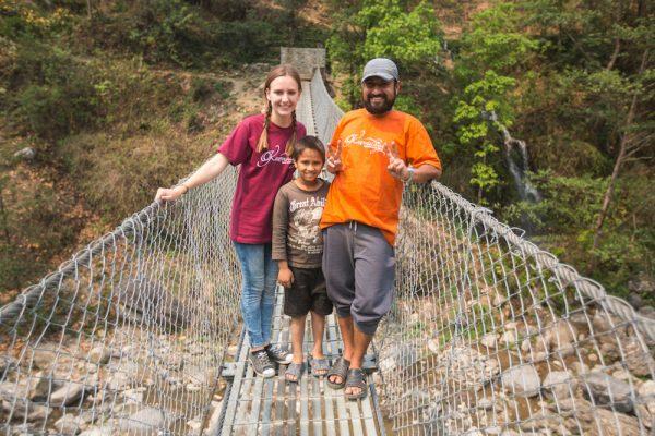 Volontärin mit Mann vom Karmalaya-Team und Kind