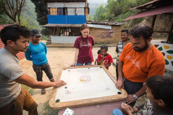 Volontärin beim Spielen mit den Einwohnern