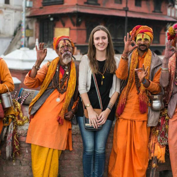 Volontärin mit vier Männern_Nepal_Pashupatinath